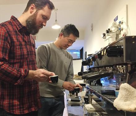 Des élèves de l'ACM en pleine dégustation d'espresso
